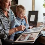 孫と祖父で紙写真 昔の写真 アルバムを楽しむ