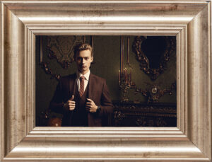 若い紳士 大切な写真 額入写真
